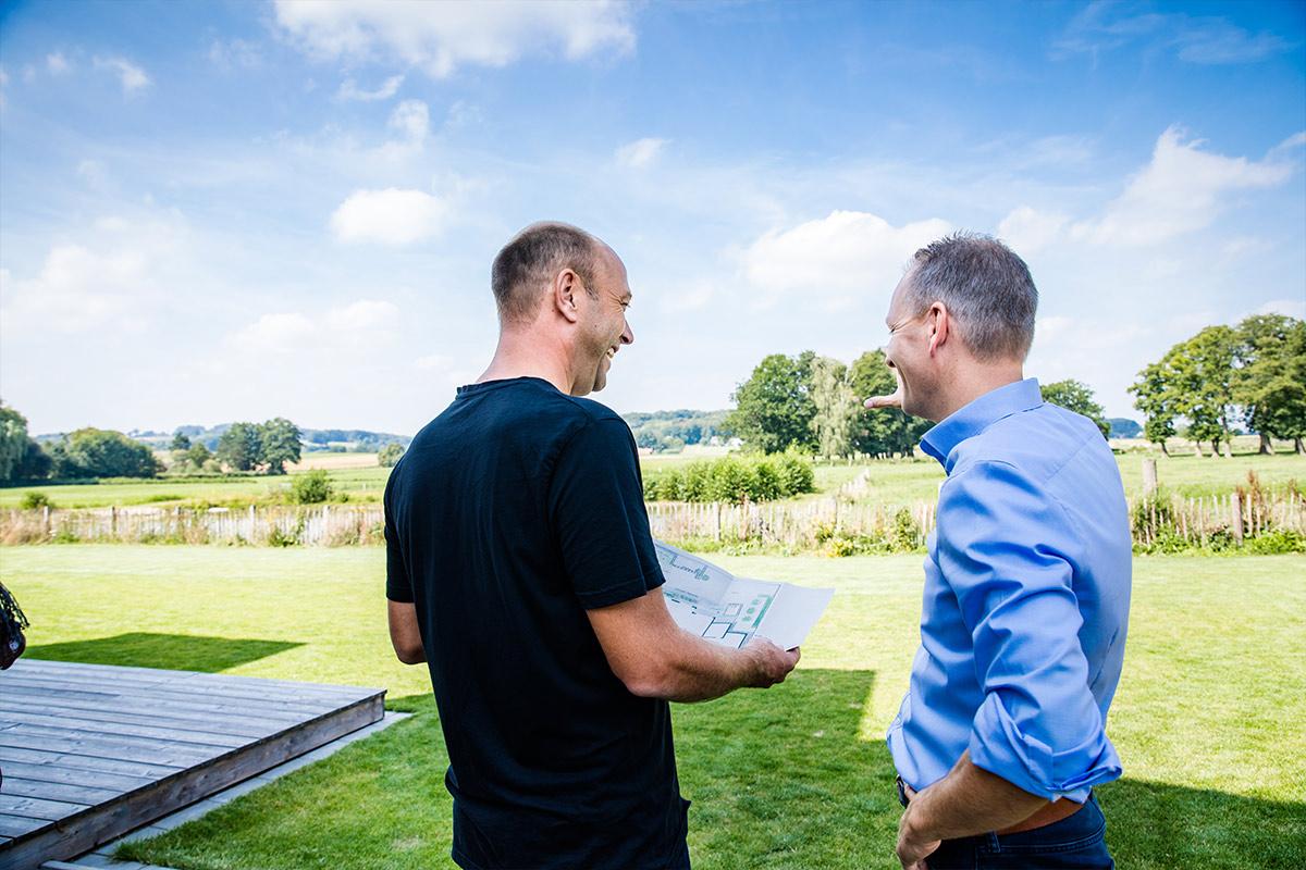 Planung mit dem Kunden durch den Geschäftsführer von Hagedorn Garten- und Landschaftsbau in Osnabrück Georgsmarienhütte