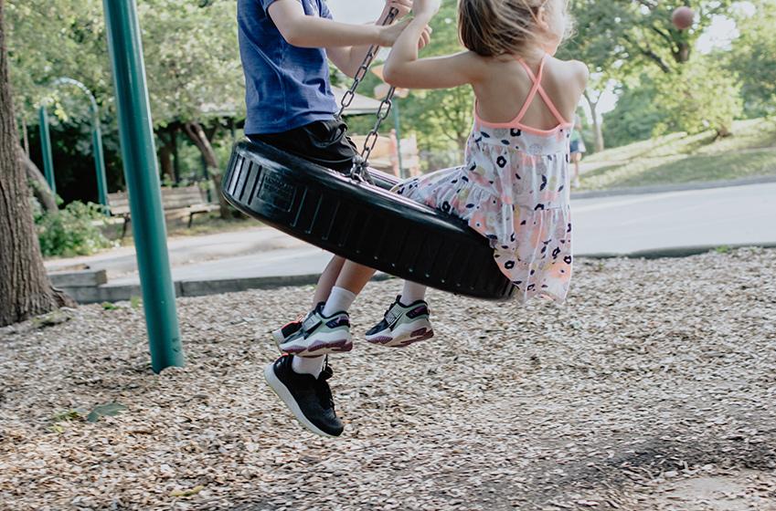 Kinder lieben Klettergerüste! Kinder auf Schaukel im Garten